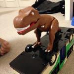 電車の上に恐竜